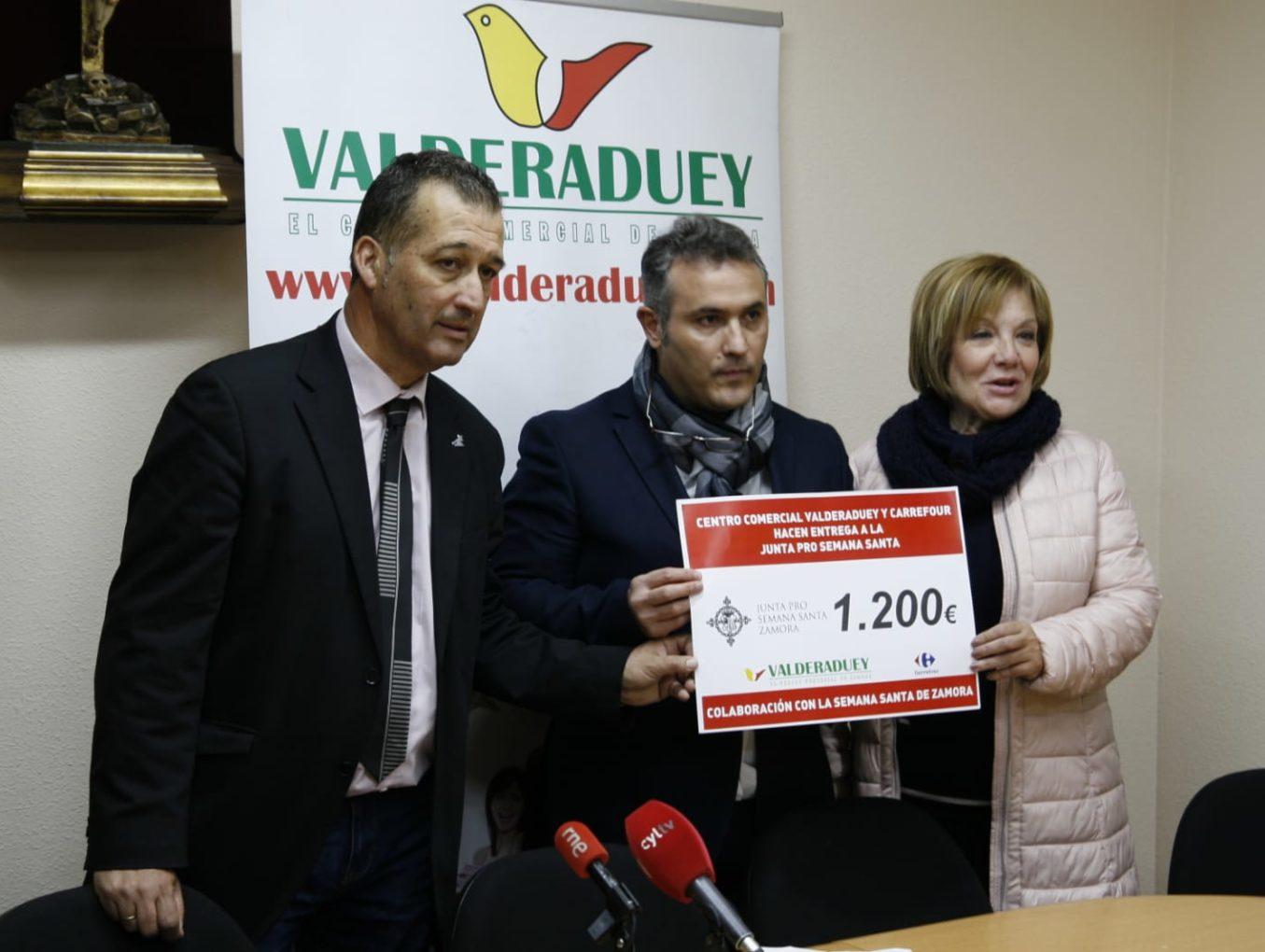 El Centro Comercial Valderaduey entrega a la Junta pro Semana Santa 1.200 euros para la organización del Congreso Nacional de Cofradías