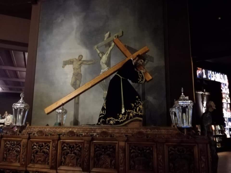 Diecisiete pasos e imágenes de devoción escenifican en la calle el Vía Crucis que clausura el VII Congreso Nacional de Cofradías y Hermandades