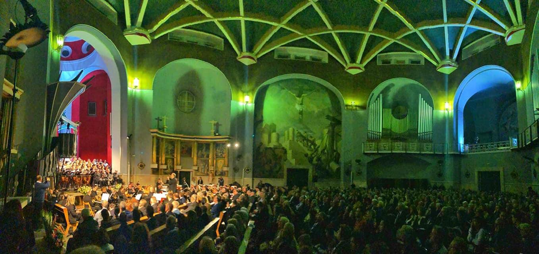 La música de Frisina clausura en una abarrotada iglesia de María Auxiliadora el VII Congreso Nacional